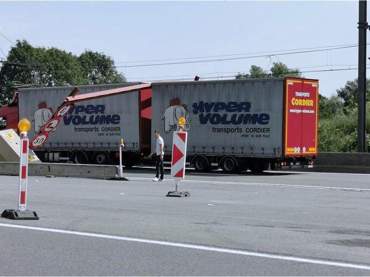 Een vrachtwagen is donderdagmiddag opnieuw tegen de hoogtebegrenzer gereden.