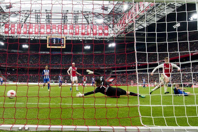 Ajax-speler Matthijs de Ligt maakt de 2-1 tegen SC Heerenveen. De Amsterdammers zouden de wedstrijd uiteindelijk winnen met 5-1. Beeld ANP Pro Shots