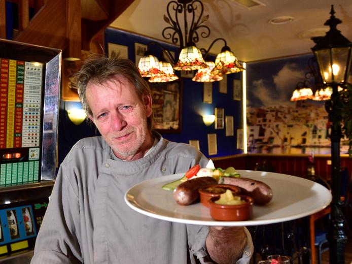 Eigenaar en kok Ron Wieringa van restaurant Kobalt serveert worst, gemaakt van ganzen die in Reeuwijk zijn geschoten.