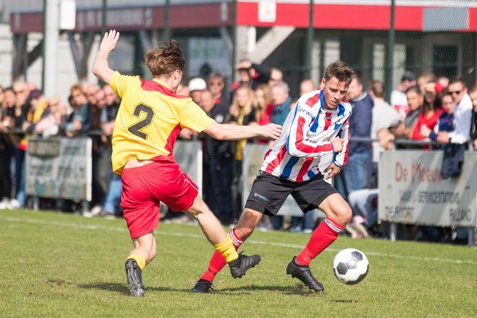 Elco Jansen (rechts, archieffoto) won zaterdag met Krabbendijke met 5-0 van Kapelle.