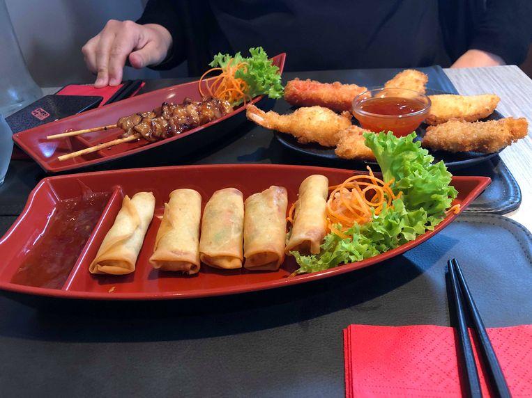 Voorgerecht van drie kleine gerechtjes: vegetarische harumaki , zeevruchten tempura en kip yakitori.