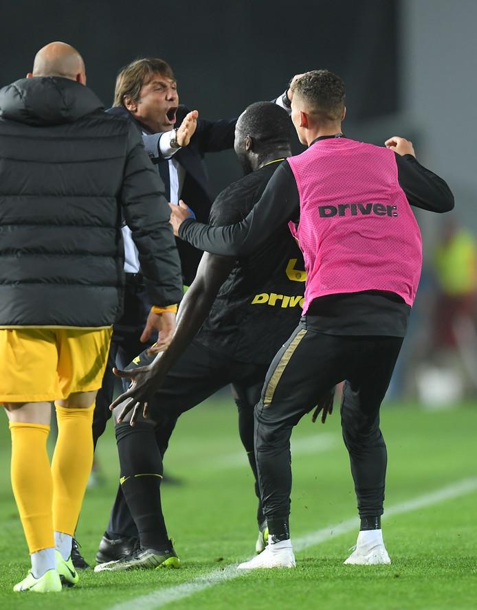 Romelu Lukaku a inscrit son septième but de la saison lors de la victoire de l'Inter Milan à Brescia en Serie A. Le Diable a sauté dans les bras d'Antonio Conte pour célébrer sa réalisation. Les Intérristes reprennent provisoirement la tête du classement devant la Juventus.