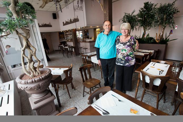 Archieffoto: Ayhan en José Sönmez van restaurant Ankara in Nijmegen stoppen er na veertig jaar mee.