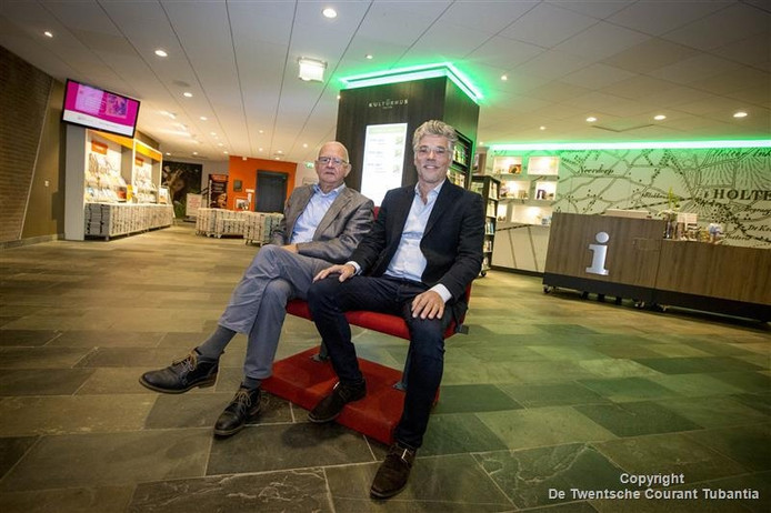 De oude en de nieuwe voorzitter in de gemoderniseerde hal van het Kulturhus Holten. Flip Buurmeijer (links) geeft het stokje over aan Hans Brusse.