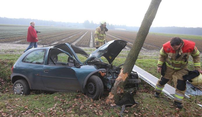 Vrouw botst met auto tegen boom in Helvoirt.