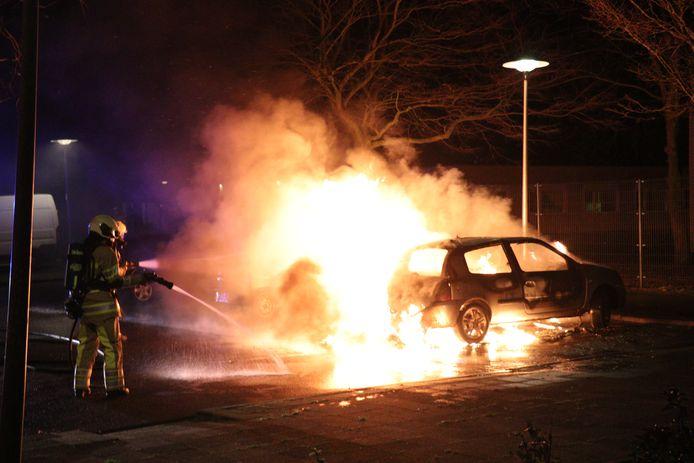 Auto volledig verwoest door brand in de Utrechtse wijk Overvecht.
