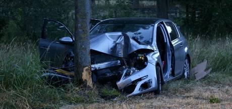Automobiliste zwaargewond door op de weg gelegde keien