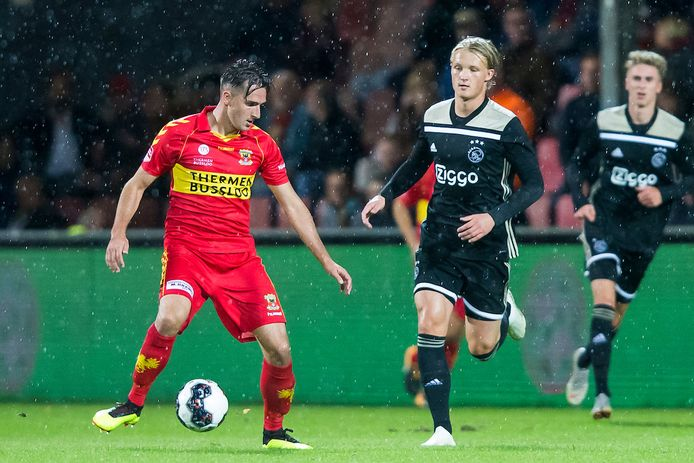 GA Eagles-speler Jeff Stans in duel met toenmalig Ajax-spits Kasper Dolberg.