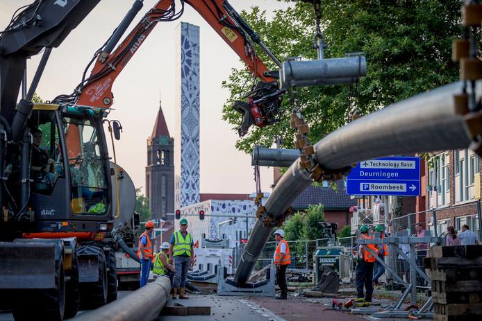 De buizen worden onder de Deurningerstraat-Boddenkampsingel doorgetrokken.