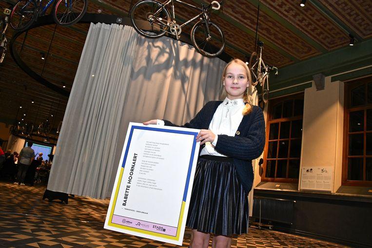 Babette Hoornaert met haar winnende gedicht.