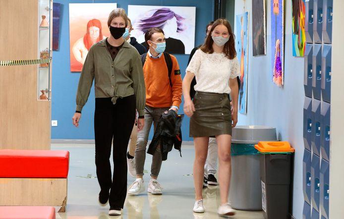 Leerlingen met mondkapjes op een (andere) middelbare school in Gorinchem.