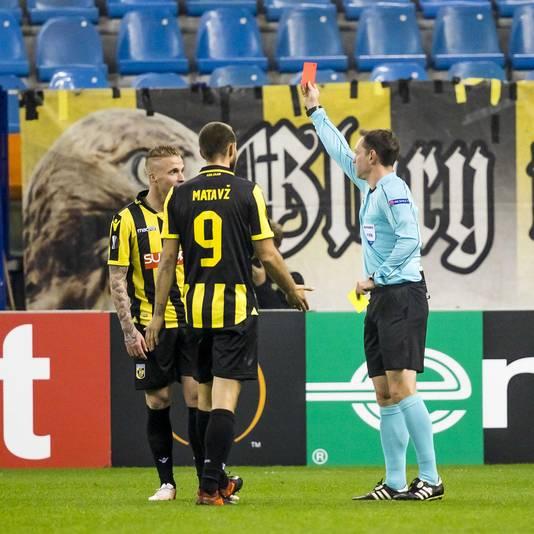 Alexander Büttner krijgt de rode kaart voorgehouden in het duel met Zulte Waregem.
