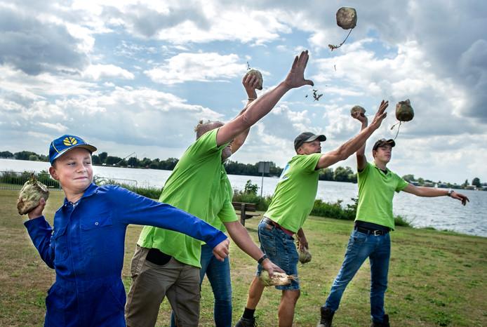 Nieuw spelelement bij de Maas en Waalse Oogstdagen: bietstoten.  De organisatie probeert het op vrijdag alvast uit