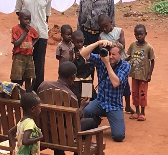 Journalist Kurt maakt een foto van fotograaf Benoit De Freine, die een vader op de foto zet die een foto van zijn verdwenen kind omhoog houdt.