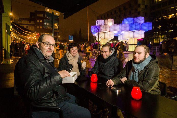 Papa José, mama Ann en zonen Jonas en Silvan op het overdekte terras van café Gomez.