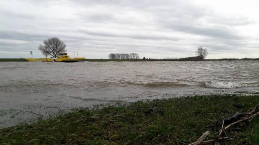 De Amalia, de pont Alem-Maren-Kessel, werd halverwege de zondagmiddag uit de vaart genomen door Stichting Maasveren.