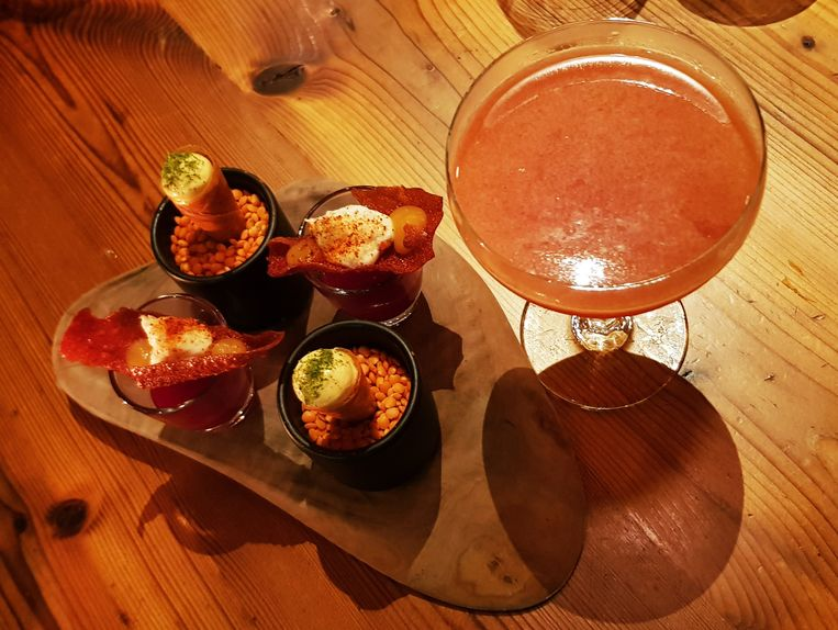 Huiscocktail met bloedsinaas en bruine rum, shotje van bloedappelsien en gefermenteerd rodebietensap en hoorntje met crème van huisgerookte en gepekelde ham.