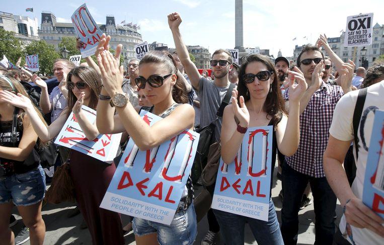 In diverse Europese hoofdsteden werd de afgelopen dagen betoogd om beide kampen in Griekenland te steunen. Hier aanhangers van de nee-optie in Londen. Beeld reuters
