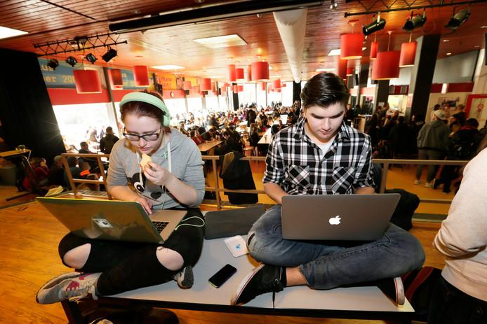 Leerlingen van het Radius College studeren in de aula van hun school.