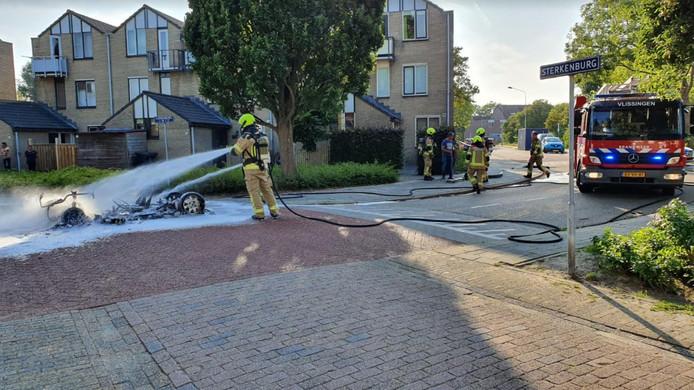 Toen de brandweer arriveerde, was er van de brommobiel al weinig meer over.