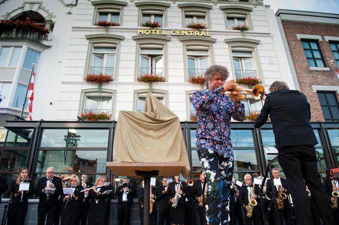 Trompettist Eric Vloeimans bij de opening van de nieuwe hoofdingang en serre van hotel Central.