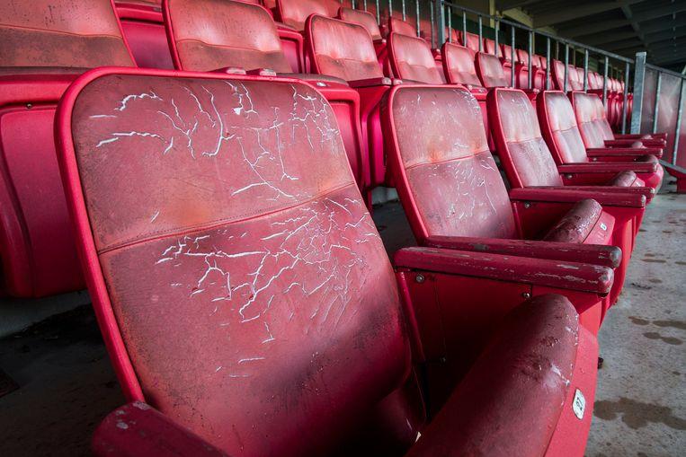Gescheurde zittingen op de stoeltjes van het krakkemikkige stadion van FC Dordrecht aan de Krommedijk.  Beeld Arie Kievit