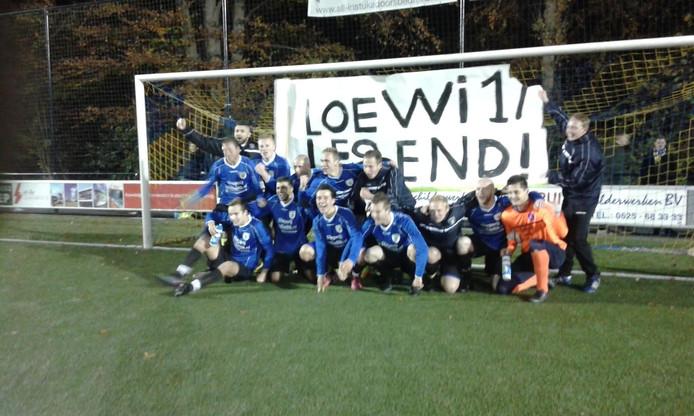 Juichende spelers van vv Hattem bij een spandoek voor doelpuntenmaker Lawrence van der Beld