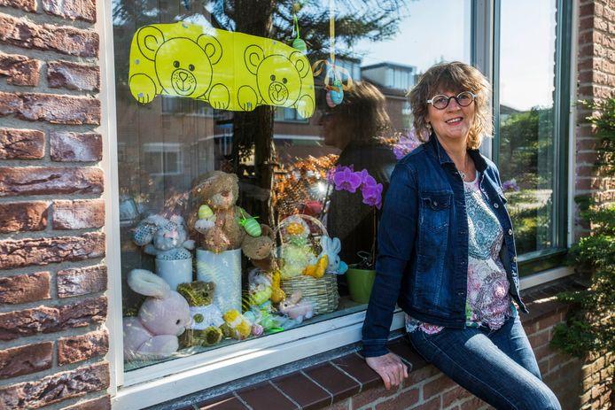 Ingrid Jetten heeft alle bedankbriefjes van kinderen bij haar beren geplakt.