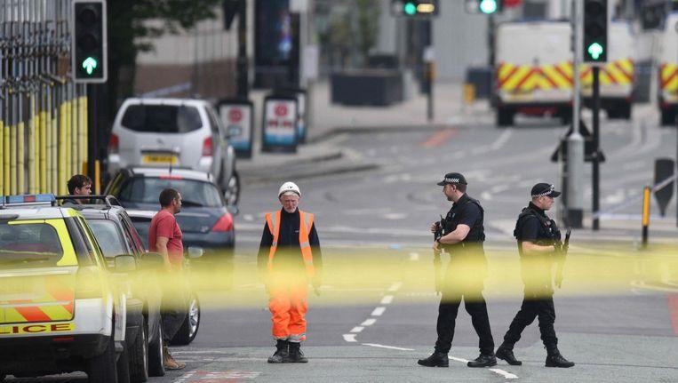 Politiemannen surveilleren rondom het stadion waar de aanslag plaatsvond. Beeld null