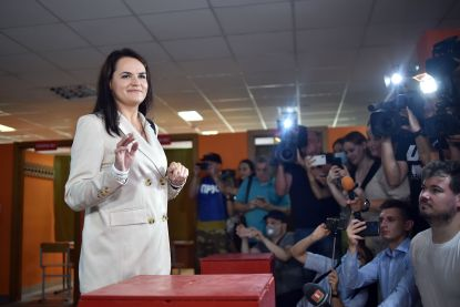 """Wit-Russische oppositiekandidate verlaat land """"onder dreiging opgepakt te worden"""": """"Ze is veilig en bevindt zich in Litouwen"""""""