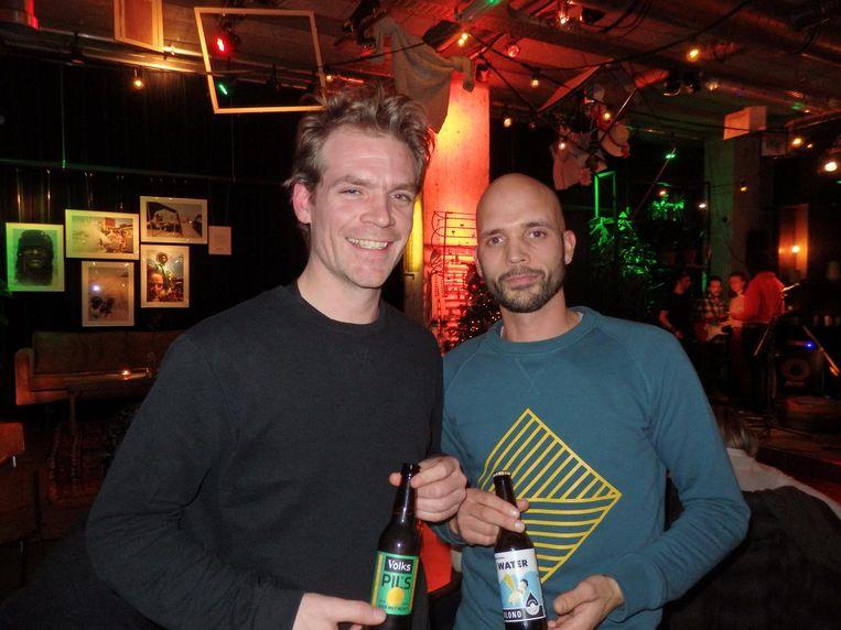 Job Staal (Volkshotel, links) en Pavel van Deutekom van het Medialab van de HvA. Pavel: De heren zijn het erover eens: een goed biertje moet je door kunnen drinken Beeld Schuim