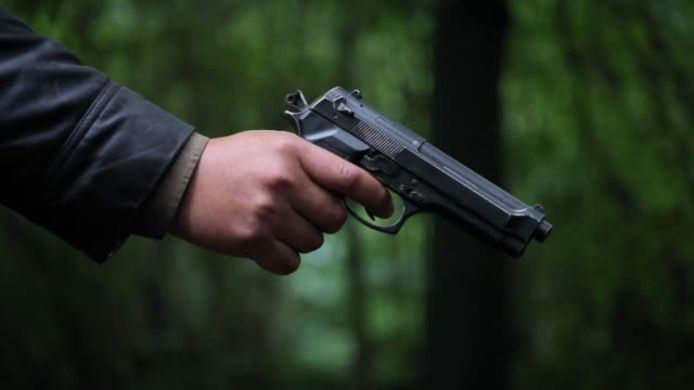De vrienden dachten dat de man met een vuurwapen richtte, later bleek het om een alarmpistool te gaan.