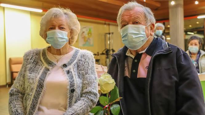 Bewoners wzc Breugheldal krijgen witte roos na hun prikje: kersvers koppel eerst aan de beurt