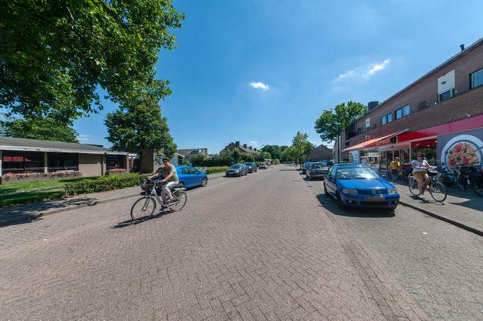 De Papaverstraat in de Bloemenwijk met links de plek waar het nieuwe wijkcentrum is gepland.