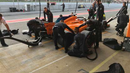 """Onze F1-watcher in het spoor van McLaren op testsessies: """"Stoffel komt eraan en komt tot stilstand. Maar dan merkt de man aan de linkerachterband dat hij de rechterachterband vastheeft. Paniek"""""""