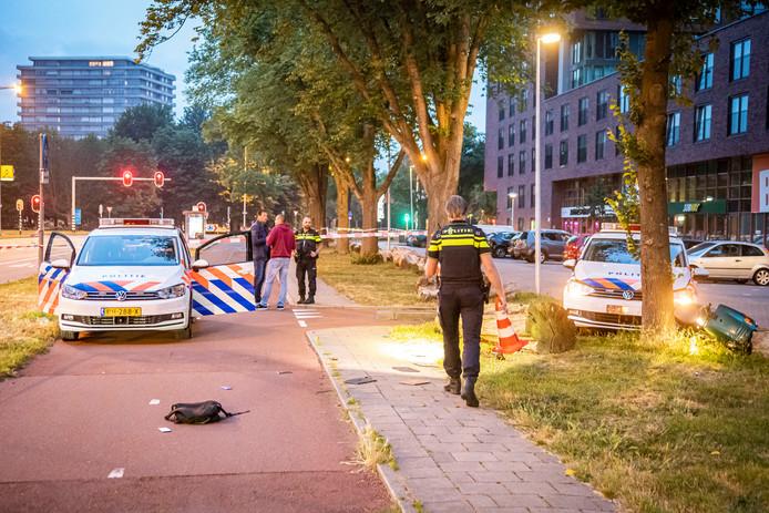 Ramkraak bij Coolblue aan het Europaplein. Rechts de scooter van verdachte H. die door de politieauto ernaast omver werd gereden.