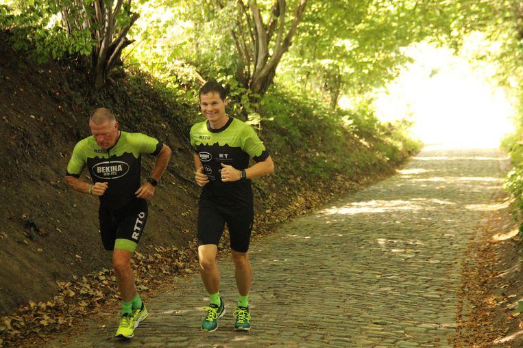 Met de glimlach beklommen de deelnemers de Koppenberg.