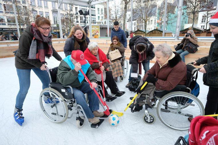 De bewoners van woonzorgcentrum Bilzenhof waagden zich ook aan een wedstrijdje hockey.