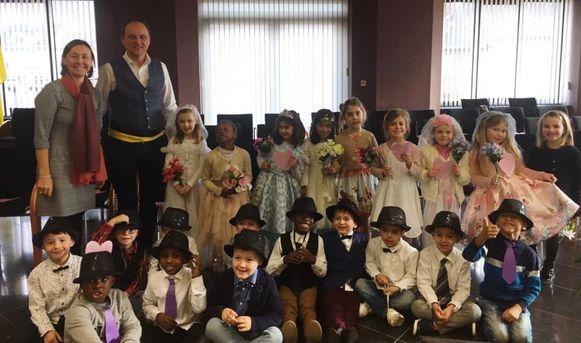 Tien koppeltjes 'trouwden' op Valentijnsdag in het gemeentehuis van Denderleeuw.