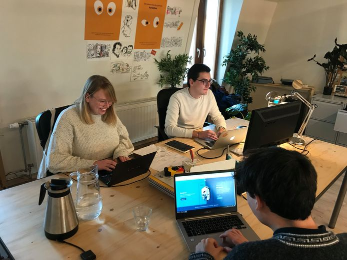 De redacteurs van Karakters in hun kantoor in Antwerpen.