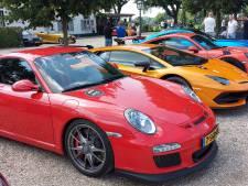 Likkebaardend op klompen bij een rij van 24 miljoen euro aan Porsches, Ferrari's en Lamborghini's