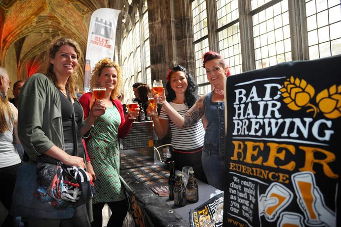 Bier proeven in de gangen van de Middelburgse abdij op een eerdere editie van het festival.