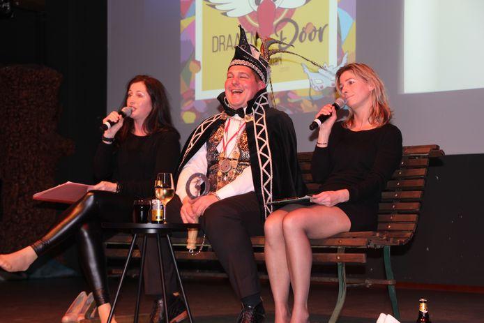 Audrey (links) en Kirsten interviewen op eigen wijze Prins Mark.