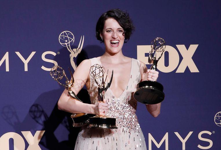 De schrijfster en actrice Phoebe Waller-Bridge met de drie Emmy's die zij won voor de serie Fleabag.  Beeld EPA