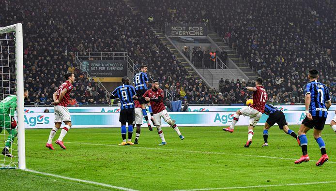 Stefan de Vrij scoort in de derby met Milan.
