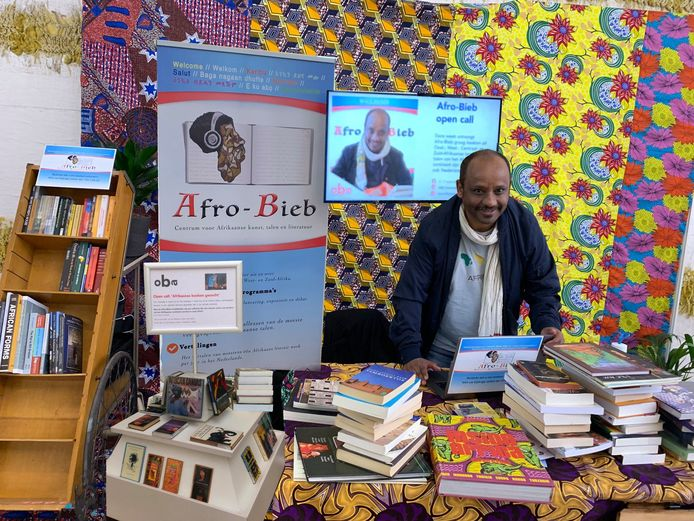 Kibret Mekonnen tijdens de boekeninzameling voor de Afro-bieb.