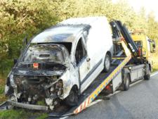 Bestelbusje vliegt in brand tijdens het rijden op N279 in Aarle-Rixtel