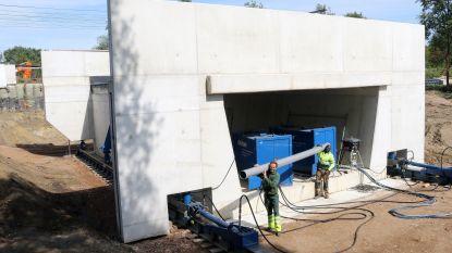 Fietstunnel wordt op twee dagen tijd onder spoorlijn geschoven