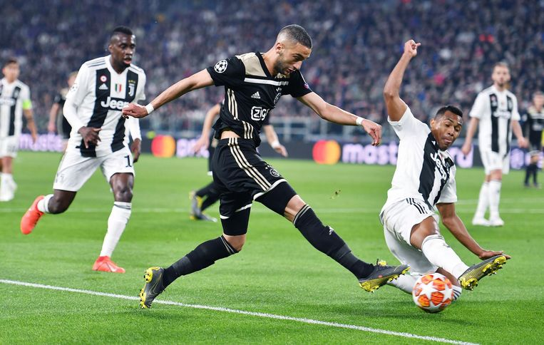 Ajax' Hakim Ziyech in actie tijdens de kwartfinale van de Champions League.  Beeld EPA