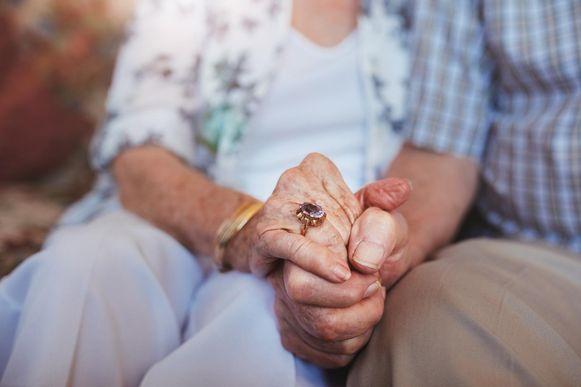 Het aantal bewoners van woonzorgcentra die de afgelopen dagen overleden zijn aan Covid-19 worden vanaf nu ook opgenomen in de officiële cijfers van Sciensano.
